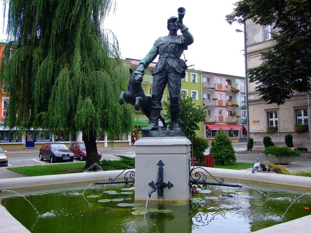 Pomnik myśliwca na rynku w Strzelcach