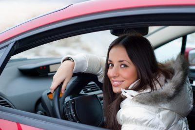 wypozyczalnia samochodow katowice kobieta za kierownica